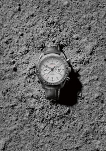 OMEGA_Speedmaster_Grey_Side_of_the_Moon_311_93_44_51_99_001_ambiance_1-723x1024